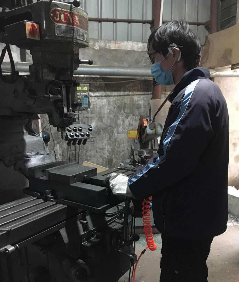 包装机厂家员工戴口罩工作